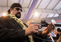 """Знаменитый американский актер Стивен Сигал с самозарядным пистолетом Сердюкова с глушителем во время посещения международной выставки """"Оборонэкспо-2014"""""""