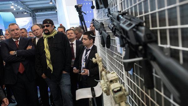 Дмитрий Рогозин и Стивен Сигал во время осмотра стенда оружейного концерна Калашников. Архивное фото