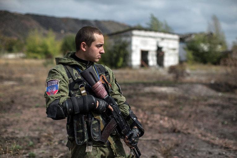Боец народного ополчения возле места массового захоронения в поселке Нижняя Крынка