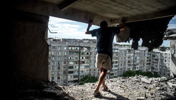 Повреждения в жилом доме, пострадавшем от артиллерийского обстрела квартала Мирный в Луганске.