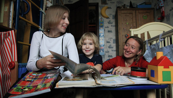 Лиза дома с мамой и братом Иваном