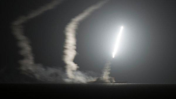 Ракетный крейсер ВМС США запускает ракету по позициям ИГИЛ в Сирии. Архивное фото