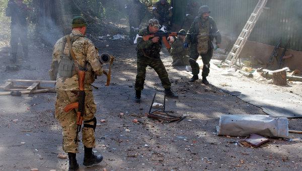 Ополченцы Донецкой народной республики (ДНР) во время боев в районе аэропорта города Донецка. Архивное фото
