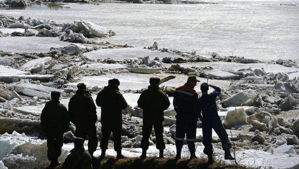 Сотрудники МЧС России наблюдают за ледоходом на реке Шелонь. Архивное фото
