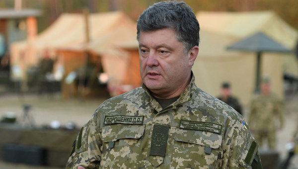 Президент Украины Петр Порошенко во время посещения полигона в Житомирской области. Архивное фото