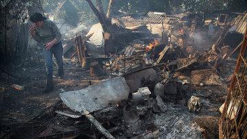 Женщина у своего дома, разрушенного после обстрела в Донецке. 6 октября 2014. Архивное фото