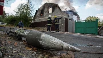Фрагмент ракеты вблизи разрушенного обстрелом дома в Донецке. Украина, 5 октября 2014