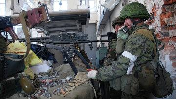 Ополченцы Донецкой народной республики (ДНР) во время боя в районе аэропорта города Донецка