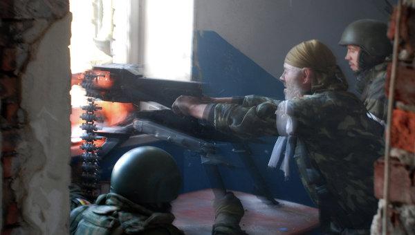Ополченцы Донецкой народной республики (ДНР) во время боя в районе аэропорта города Донецка. Архивное фото