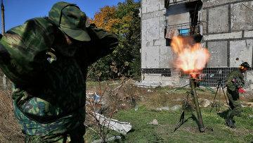 Ополченец ведет огонь по позициям украинских силовиков возле аэропорта Донецка. Архивное фото