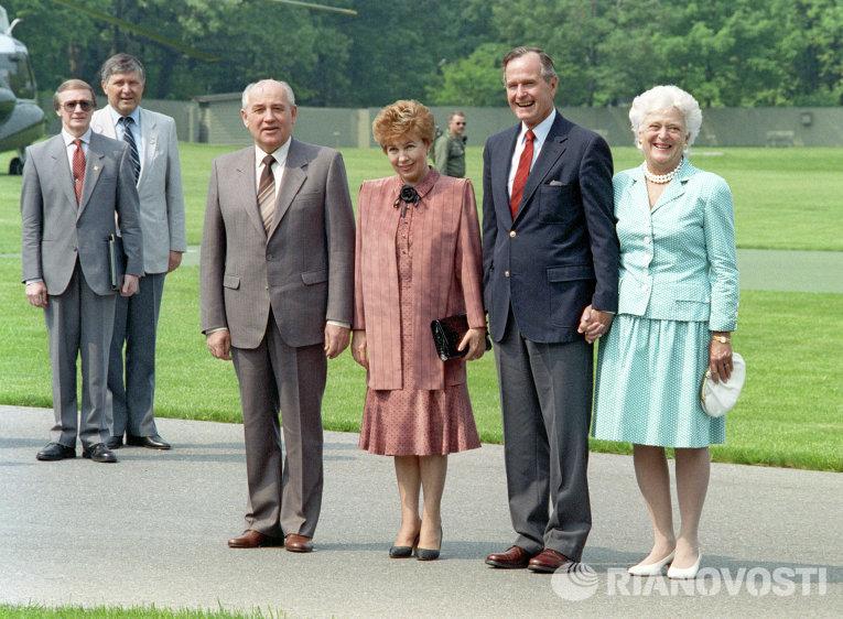 Президент СССР Михаил Горбачев с супругой Раисой Горбачевой и Президент США Джордж Буш с супругой Барбарой Буш