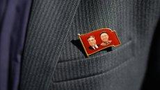 Значок с изображениями Ким Ир Сена и Ким Чен Ира. Архивное фото