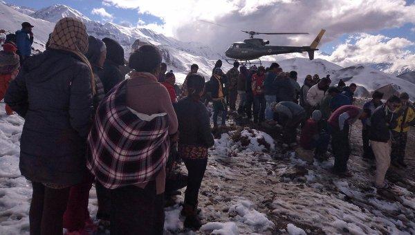 Спасательные операции в районе схода лавины в Гималаях, Непал 15 октября 2014
