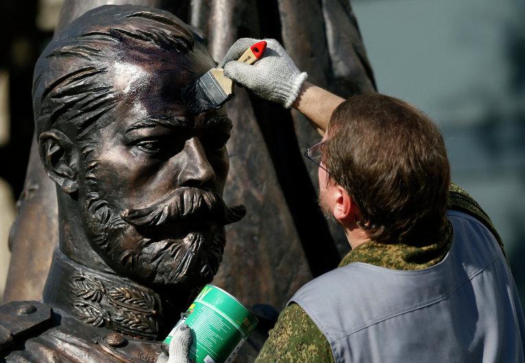 Подготовка нового памятника Николаю II к праздничным мероприятиям в Белграде