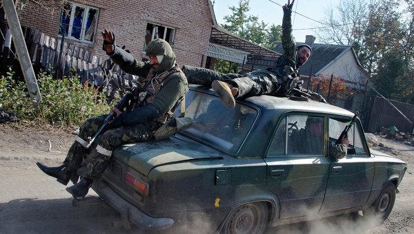 Ополченцы едут на автомобиле недалеко от аэропорта Донецка. архивное фото