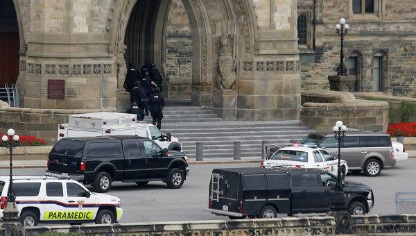 Полицейские у здания парламента Канады в Оттаве 22 октября 2014