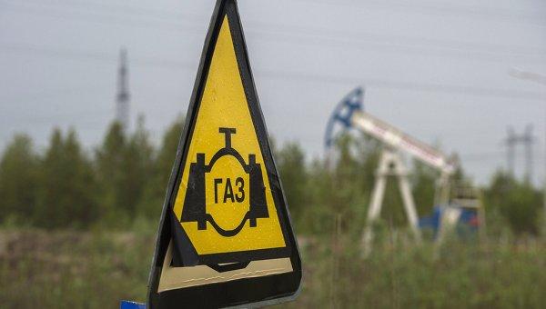 Знак газопровода по дороге. Архивное фото
