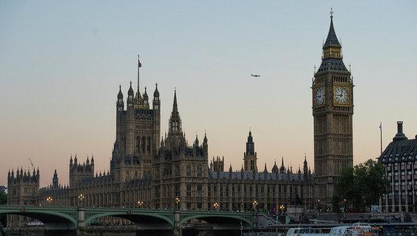 Вид на Вестминстерское Аббатство и Биг Бен со стороны реки Темза в Лондоне. Архивное фото