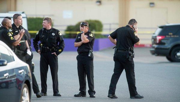 Полицейские после инцидента, произошедшего на парковке одного из отелей в городе Сакраменто