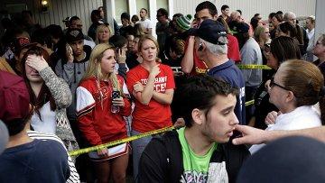 Учащиеся после эвакуации из школы города Мэрисвилл в штате Вашингтон 24 октября 2014