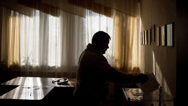 Житель Луганской области голосует на досрочных выборах в парламент Украины в поселке Медвежанка