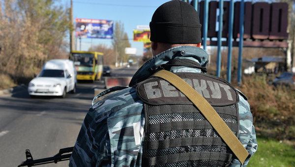 Ополченцы дежурят у стелы на въезде в Донецк. Архивное фото