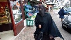 Девушка в мусульманской одежде в Франции. Архивное фото