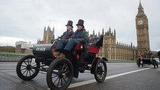 Участники ралли Лондон-Брайтон на Вестминстерском мосту в Лондоне