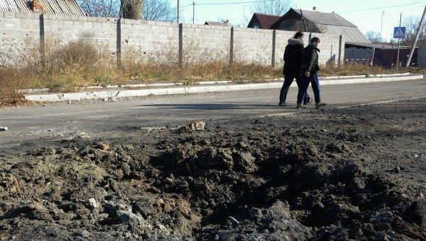 Последствия обстрела школы в Донецке. Архивное фото