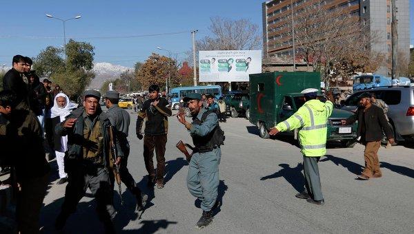 Афганские полицейские прибыли на место взрыва в штаб-квартире полиции в Кабуле 9 ноября 2014 года