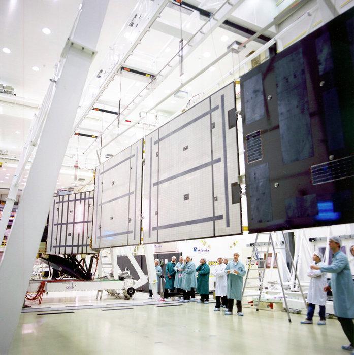 Одно из двух массивных крыльев-солнечных баттарей космического аппарата Rosetta. 2002 год