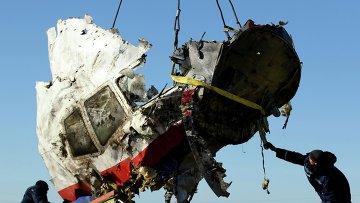 Погрузка обломков разбившегося под Донецком Boeing