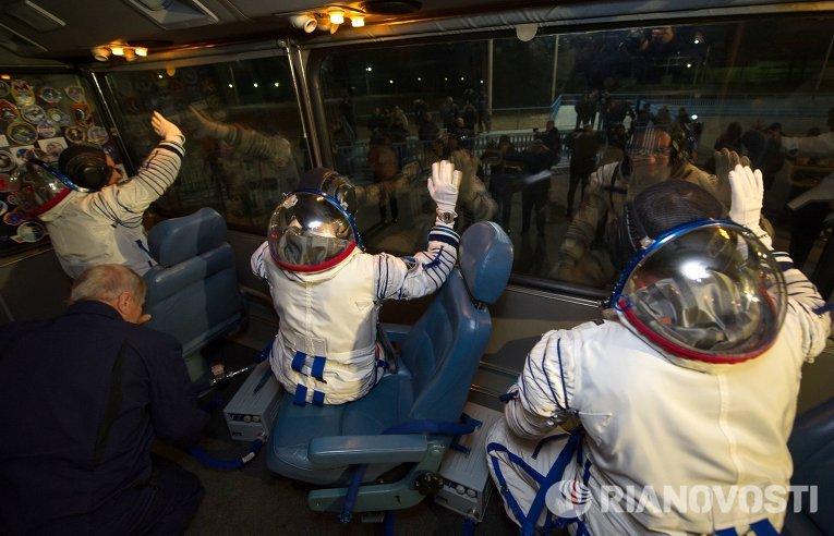 Члены экипажа 42/43-й длительной экспедиции на МКС перед запуском ракеты Союз-ФГ