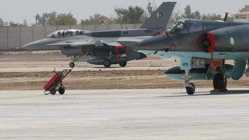 Истребитель Dassault Mirage 5 Пакистанских ВВС на фоне F-16. Архивное фото