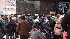 Жители Донецка выстроились в очереди за пенсиями у дверей банков