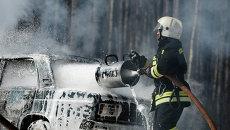Сотрудник МЧС с устройством комбинированного тушения пожаров Пурга-5. Архивное фото