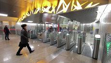 Посетители на входе в вестибюль новой станции Тропарево открытой на Сокольнической линии Московского метрополитена