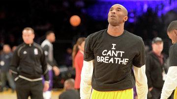 Члены команды Los Angeles Lakers вышли на разминку перед домашней игрой в майках с надписью I cant breathe (Я не могу дышать)