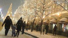 Жители гуляют на Красной площади у здания ГУМа. Архивное фото