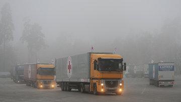 Машины с грузом гуманитарной помощи, архивное фото