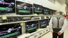 Покупатели в отделе электробытовой техники. Архивное фото