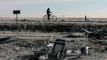 Велосипедист на месте крушения малайзийского боинга у деревни Грабово, Украина