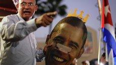Протестующий с изображением президента США Барака Обамы во время акции протеста в Майами