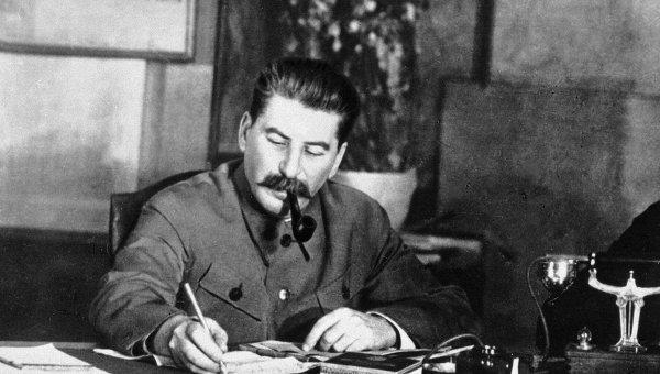 Иосиф Сталин в рабочем кабинете. Архив