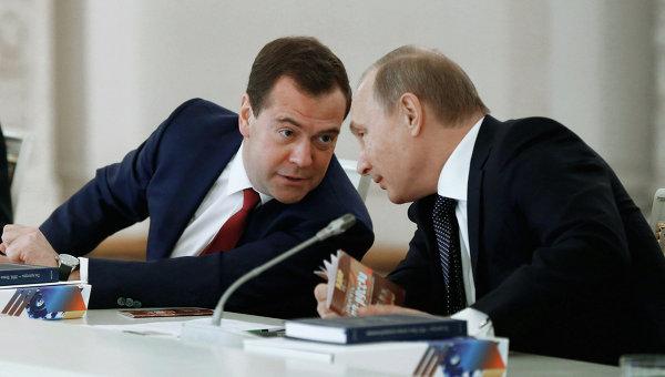 Президент РФ Владимир Путин (справа) и председатель правительства РФ Дмитрий Медведев. Архивное фото