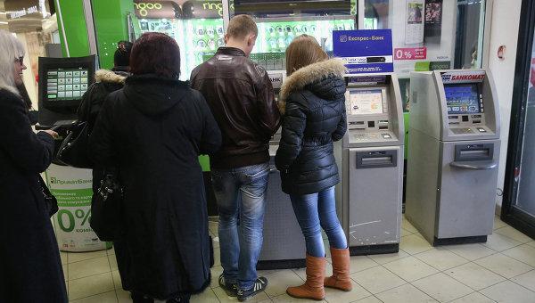 Люди стоят в очереди в один из банкоматов в Симферополе. Архивное фото