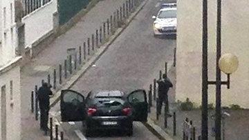 Вооруженные люди возле офиса издания Charlie Hebdo в Париже