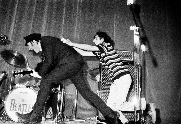 Джон Леннон уклоняется от фаната группы The Beatles во время выступления в Риме, 1965 год