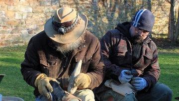Антрополог-эксперт Джон Лорд учит автора статьи секретам доисторическим ноу-хау