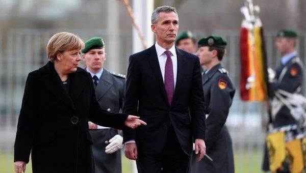 Канцлер ФРГ Ангела Меркель и генесек НАТО Йенс Столтенберг во время встречи в Берлине. 14 января 2015